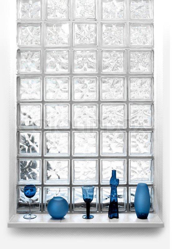 licht kommt durch vasen und gl ser vor transparentes glas fliesen fenster stockfoto colourbox. Black Bedroom Furniture Sets. Home Design Ideas
