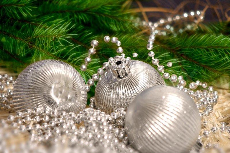 silber weihnachten kugeln mit silber perle dekoration und gr ne zweige stockfoto colourbox. Black Bedroom Furniture Sets. Home Design Ideas