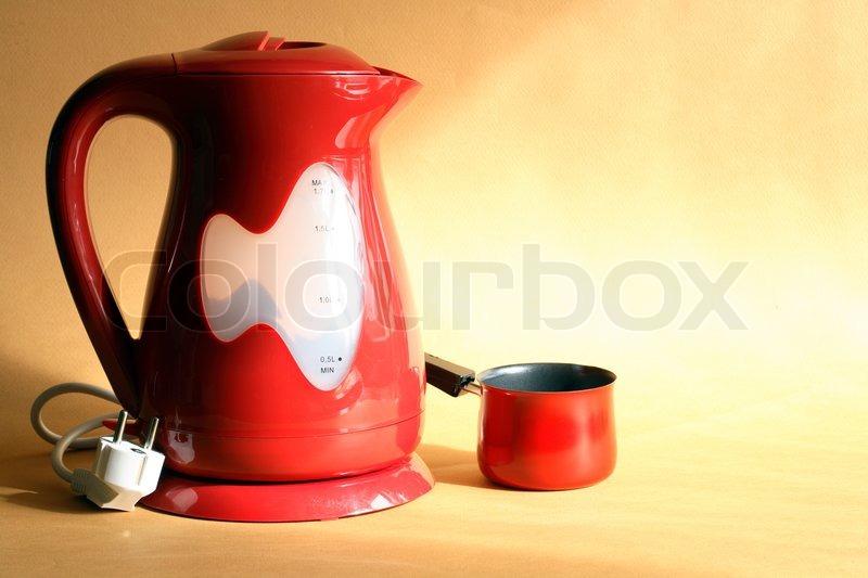 modern rot elektrischer wasserkocher und kaffeemaschine stehen auf sch ne gelben hintergrund. Black Bedroom Furniture Sets. Home Design Ideas