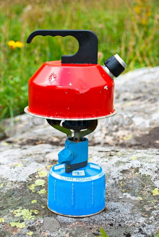 Old verwendet camp wasserkocher kochendes wasser auf gasherd steht auf gebirgsfelsen stockfoto - Warmflasche kochendes wasser ...