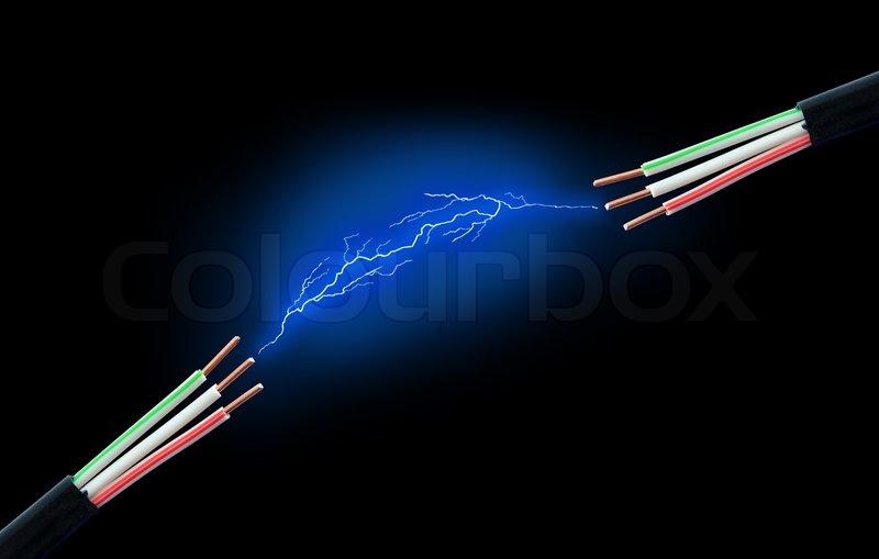 Elektrische Kabel mit Funken auf einem schwarzen Hintergrund ...