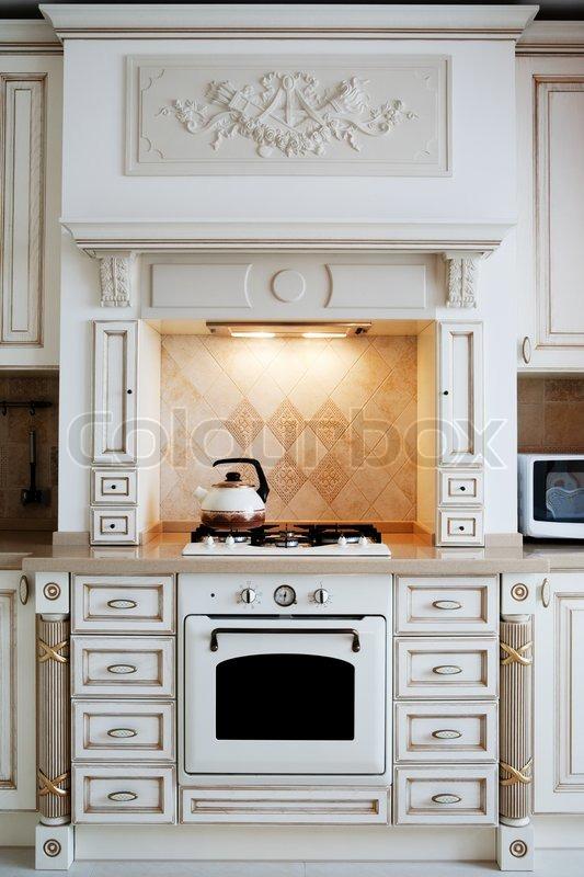 Moderne Wasserkocher wasserkocher und gasherd auf moderne küche stockfoto colourbox