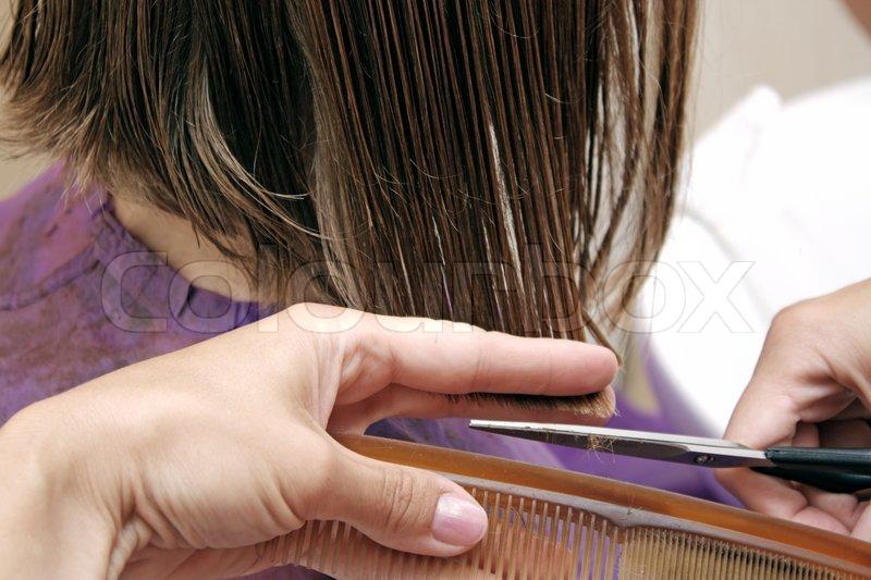 haare schneiden friseur bei der arbeit mit der schere