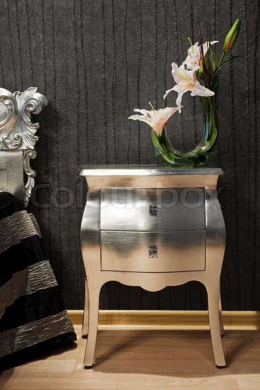 Strauß Lilien Auf Dem Nachttisch In Ein Modernes Schlafzimmer | Stockfoto |  Colourbox