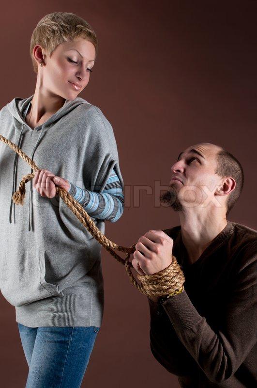 Junge schöne Frau gefesselt ihrem Freund mit Seil