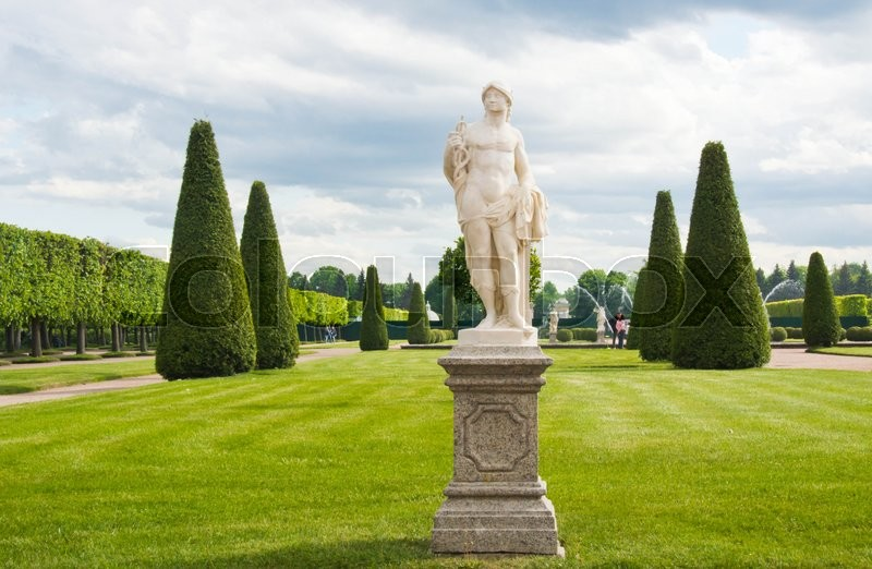 Stock image of 'antique sculpture in the park on a sunny day'