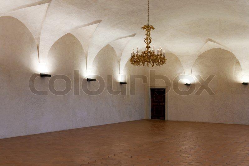 Zimmer in der burg mit einem gold  kronleuchter und kerzenständer ...