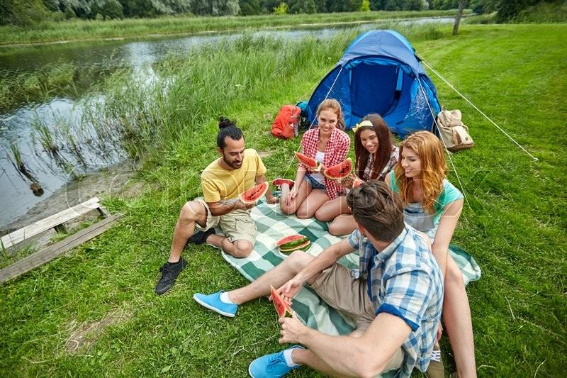 молодежь на озере развлекается