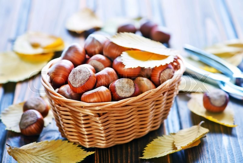 Stock image of 'autumn leaves and hazelnuts on a table'