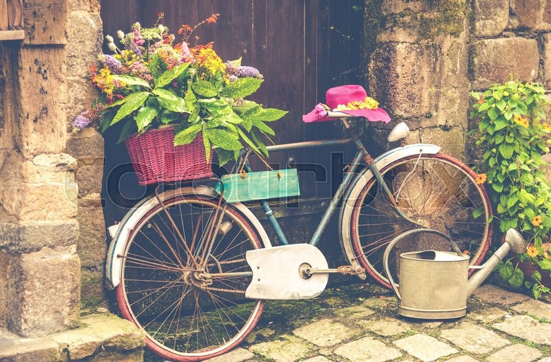 Stock image of 'Old bicycle decorated with flowers on the street'