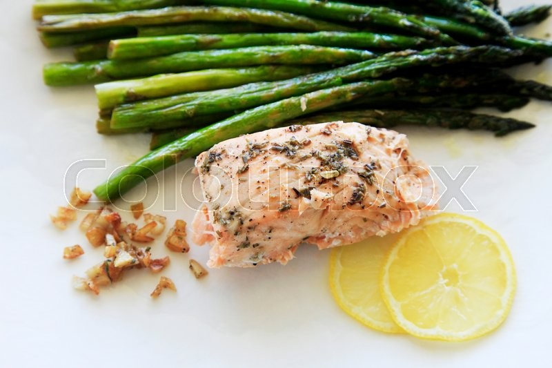 Stock image of 'Grilled salmon with asparagus and lemon'