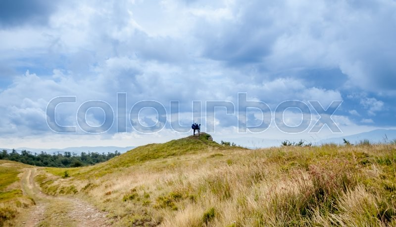 Stock image of 'two hikers looking at the mountain landscape in Carpathians'