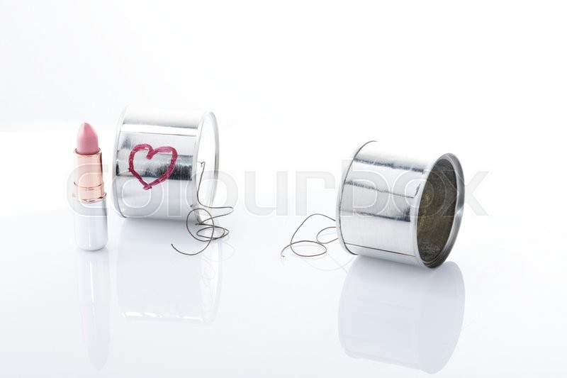 Stock image of 'Break up metaphoric photo, two cans with a break line comunication between them'