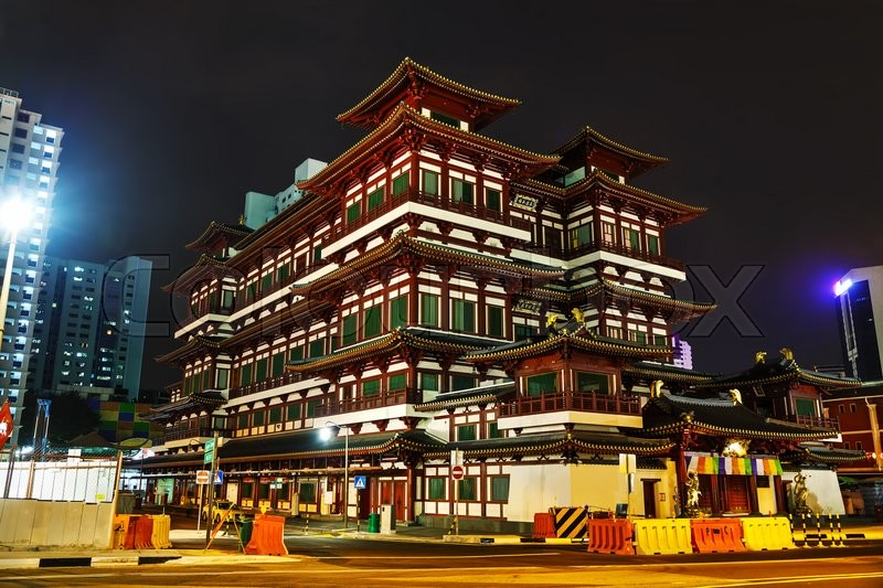 Stock image of 'Buddha Tooth Relic temple in Singapore at night'