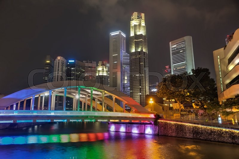 Stock image of 'Overview of Singapore with the Elgin bridge at night'