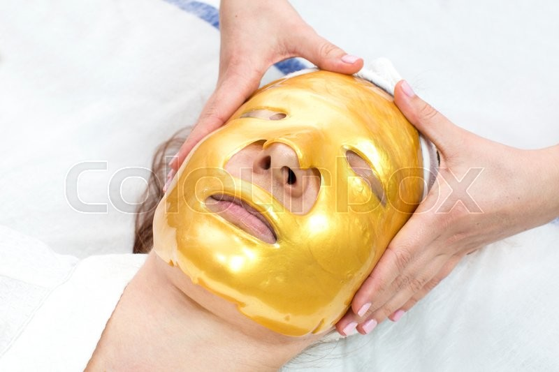 Stock image of 'Gold mask cosmetic procedure in the beauty salon'