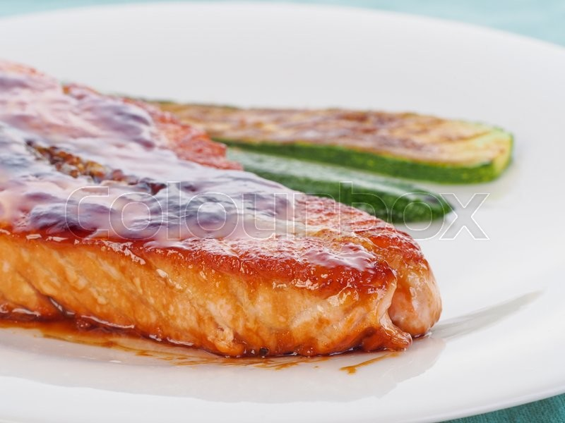 Stock image of 'Salmon steak with vegetables'