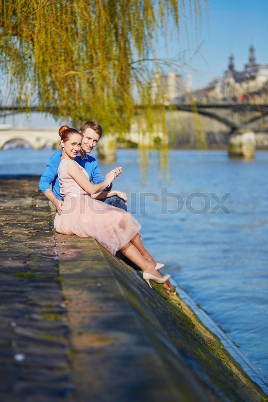 Stock image of 'Young romantic couple on the Seine embankment in Paris, France'