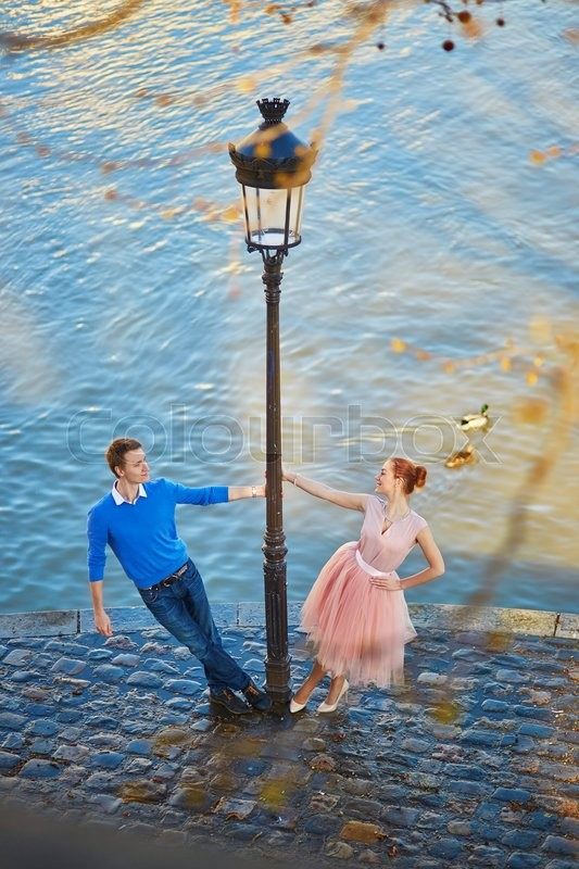 Stock image of 'Young couple on the Seine embankment in Paris'