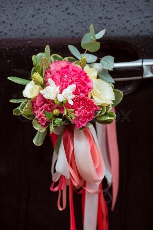 Stock image of 'Wedding car with beautiful decorations of pink and white flowers'
