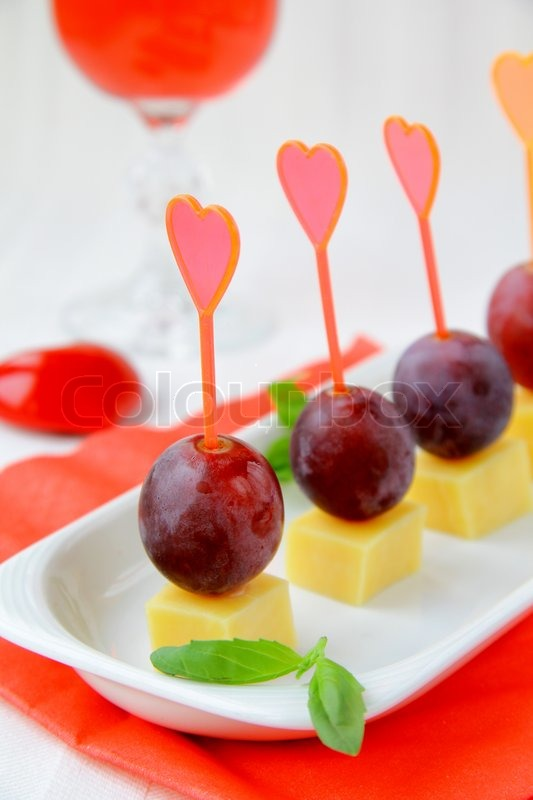 Appetizers canapes cheese with grapes for valentine 39 s day for Dessert canape ideas