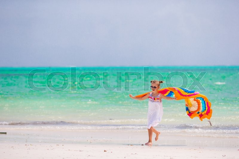 Stock image of 'Adorable little girl at beach during summer vacation'