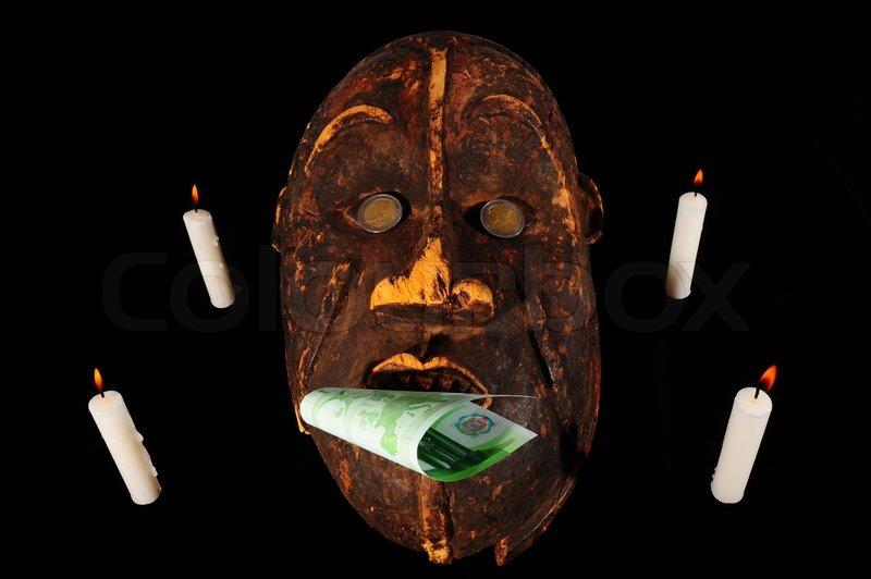 Wooden Afrikanischen Maske Mit Der Euro Banknoten In Seinem Mund Und