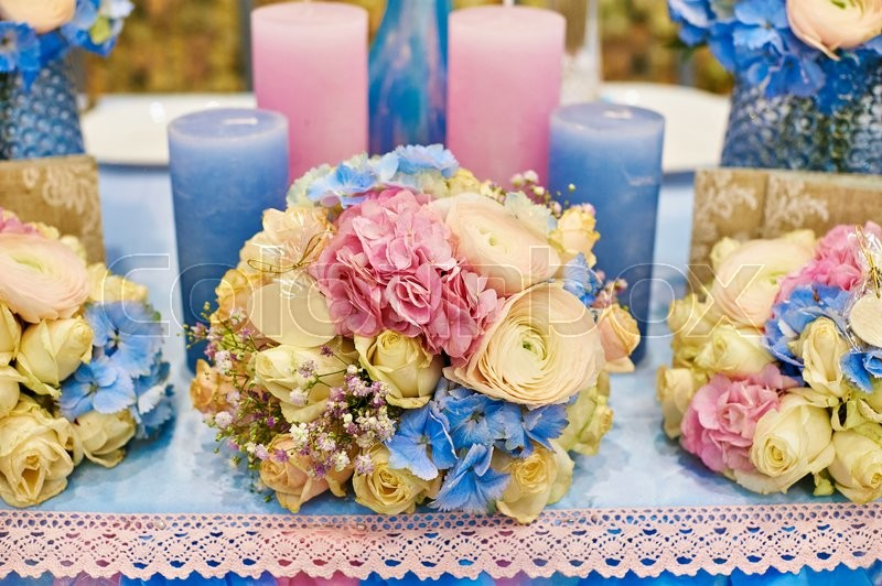 Stock image of 'decor of candles and flowers at the wedding table in a restaurant.'