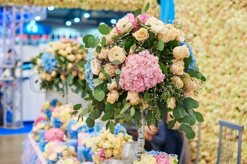 Stock image of 'Wedding decoration of flowers on a festive table.'