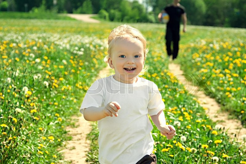 Stock image of 'the little child play with the father on a summer meadow'