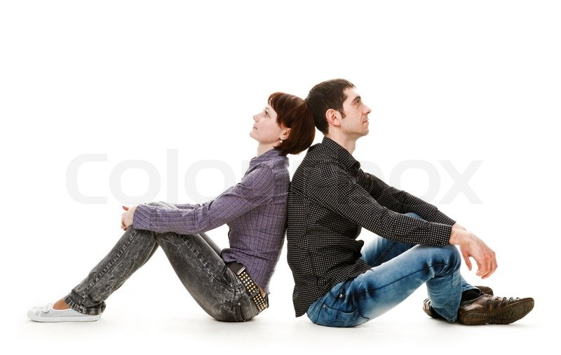 junge frau und mann auf dem boden sitzend r cken an. Black Bedroom Furniture Sets. Home Design Ideas
