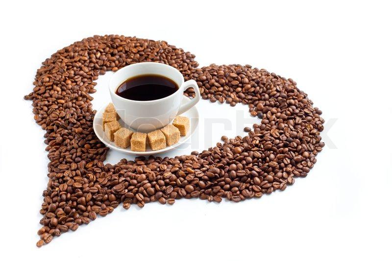 kaffeetasse auf haufen von bohnen in form von herzen auf wei em hintergrund stockfoto colourbox. Black Bedroom Furniture Sets. Home Design Ideas