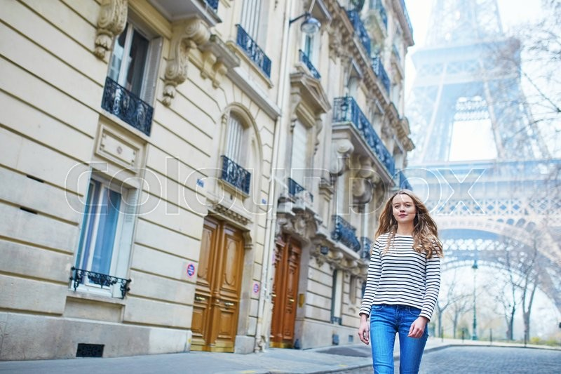 Stock image of 'Beautiful young girl outdoors near the Eiffel tower, in Paris'