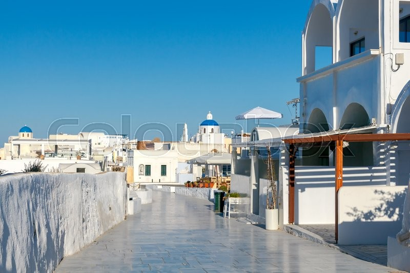 Stock image of 'The main walking street in Oia with trendy shops and taverns. Santorini. Greece.'
