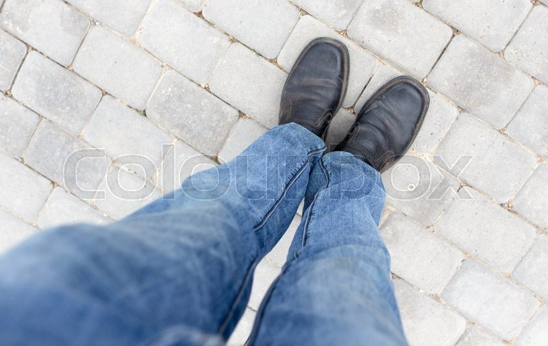 Stock image of 'Feet in shoes on the pavement'