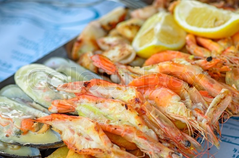 Stock image of 'Appetizer plate with grilled shrimps and mussels'