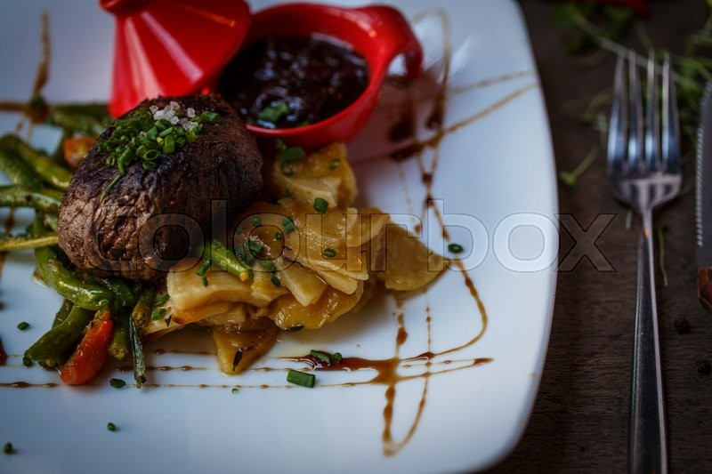 Stock image of 'Beef fillet mignon with asparagus on a white plate'