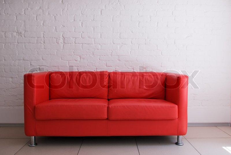 rød sofa Rød sofa og hvid mur | stock foto | Colourbox rød sofa