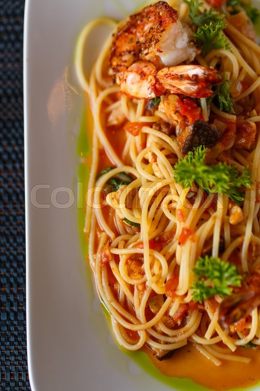 Stock image of 'Spaghetti with shrimp on a white plate'