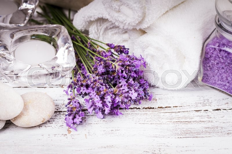 Stock image of 'Lavender spa with rebbles, candles and white towels'