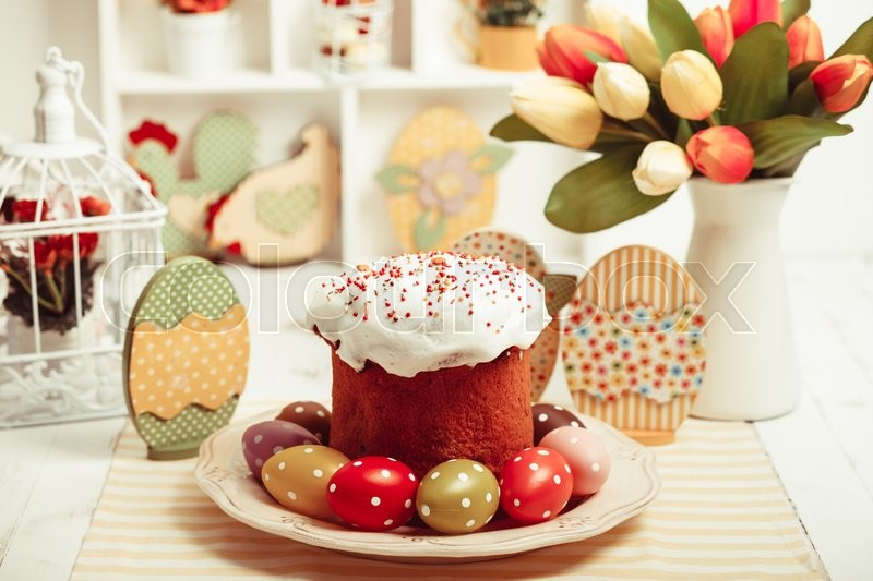 Stock image of 'Easter cake with eggs on the table. Easter decorations'