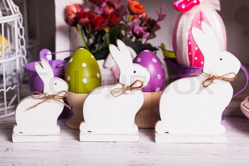 Stock image of 'Wooden bunny - Easter decoration on the table'