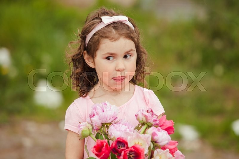 Stock image of 'Girl with bouquet of pink flowers for mom on mother's day selebratinf'