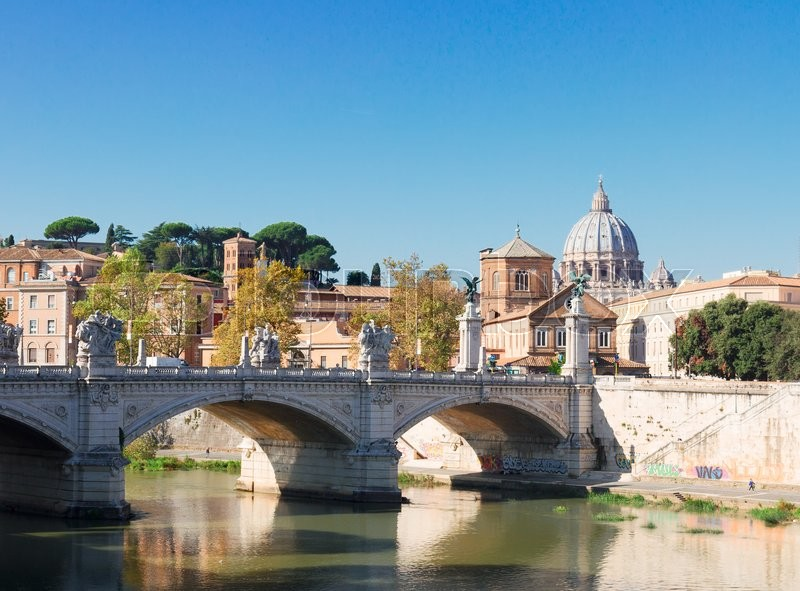 Stock image of 'St. Peter's cathedral over bridge and Tiber river in Rome, Italy'