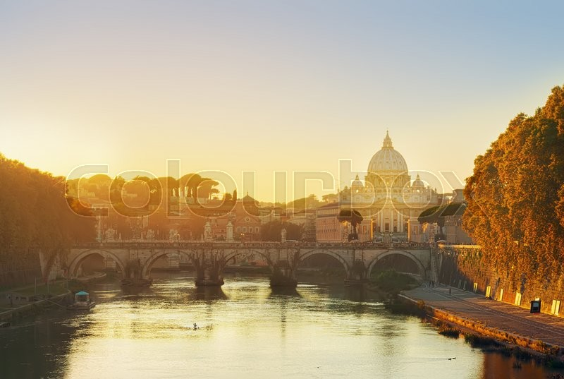 Stock image of 'St. Peter's cathedral over bridge and river in Rome at sunset, Italy'