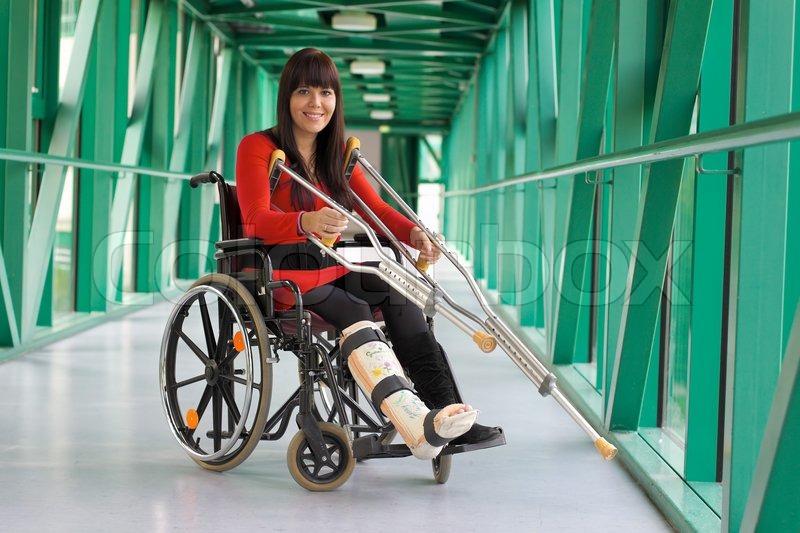 Junge Frau mit Gipsbein im Rollstuhl sitzend Stock-Foto
