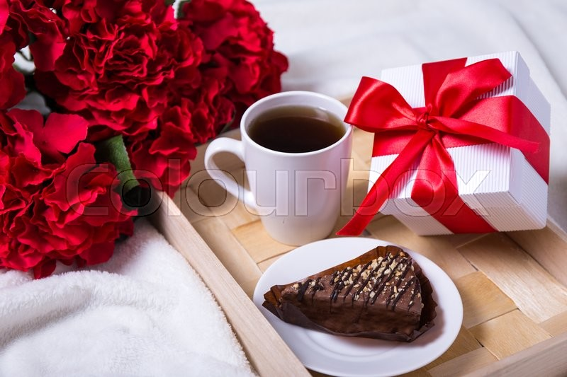 Love concept - breakfast with cake, tea and little gift on ...