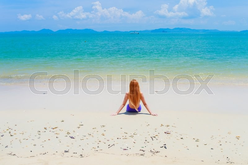 Stock image of 'Happy young woman on the beach'
