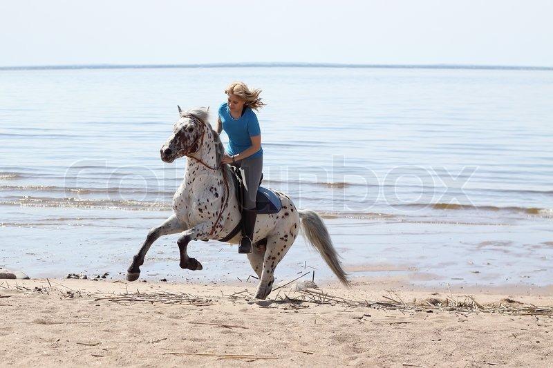 Alissa im meer und am strand 7