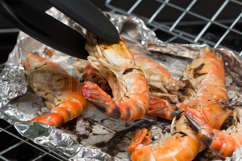 Stock image of 'grilled prawn on grill stove'